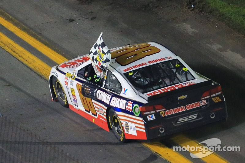 Dale Earnhardt Jr., Hendrick Motorsports Chevrolet kutlama yapıyor