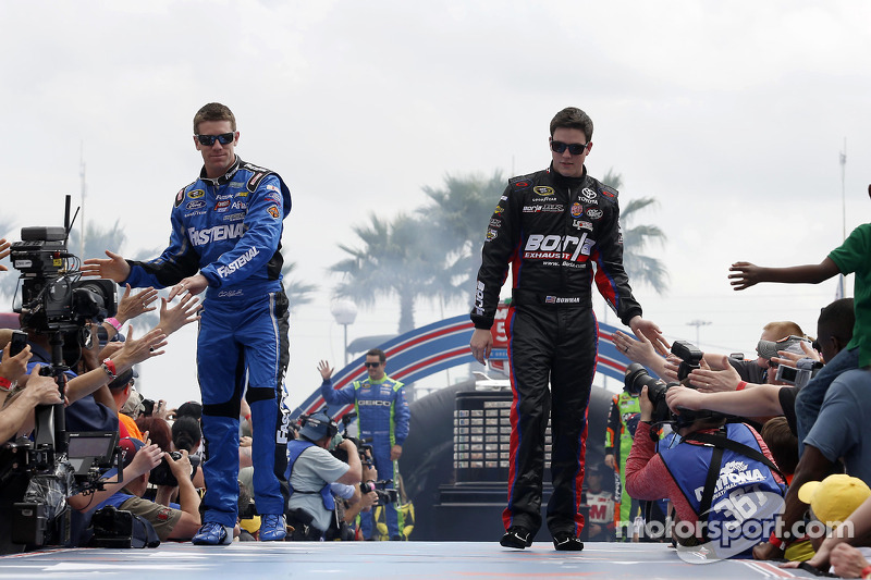 Carl Edwards, Roush Fenway Racing Ford ve Alex Bowman, BK Racing Toyota