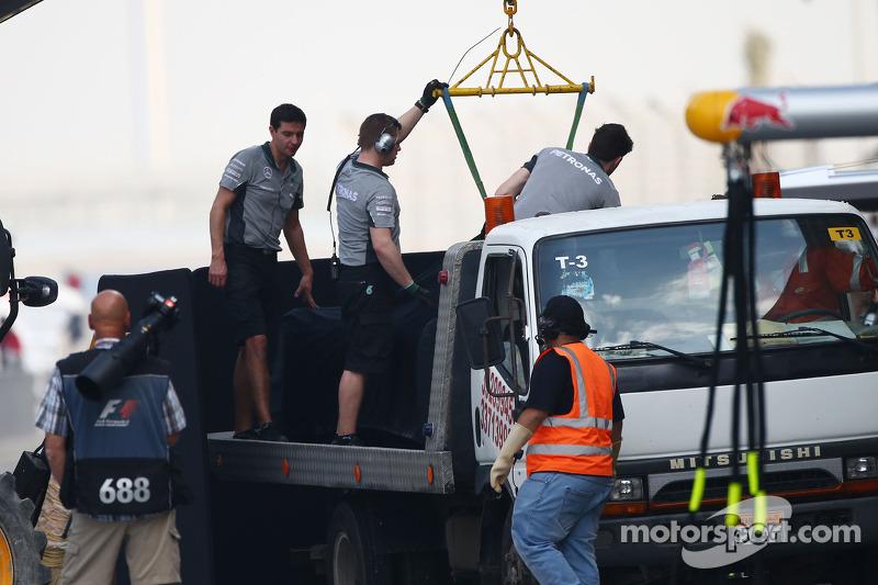La Mercedes AMG F1 W05 di Lewis Hamilton, Mercedes AMG F1 viene porata di nuovo ai box sul retro di un camion