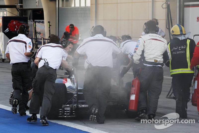 La Sauber C33 di Adrian Sutil, Sauber, fa fumo ed è spinta verso la corsia box dai meccanici