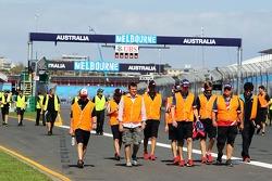 车队成员穿着高能见度夹克走赛道