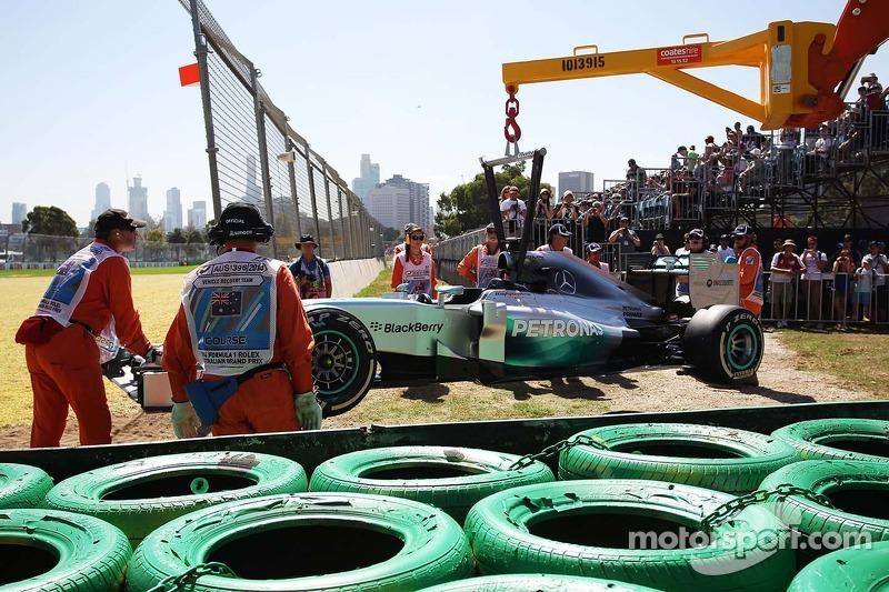 La Mercedes AMG F1 W05 di Lewis Hamilton, Mercedes AMG F1 viene portata via dal circuito dopo essers
