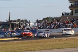 保时捷北美车队驾驶912号保时捷911 RSR的帕特里克·隆,麦克·克里斯滕森,约格·伯格马斯特与驾驶Spirit of Race法拉利车队49号法拉利458 Italia赛车的赞布罗塔·罗达,保罗·鲁贝尔迪,米尔科·文丘里