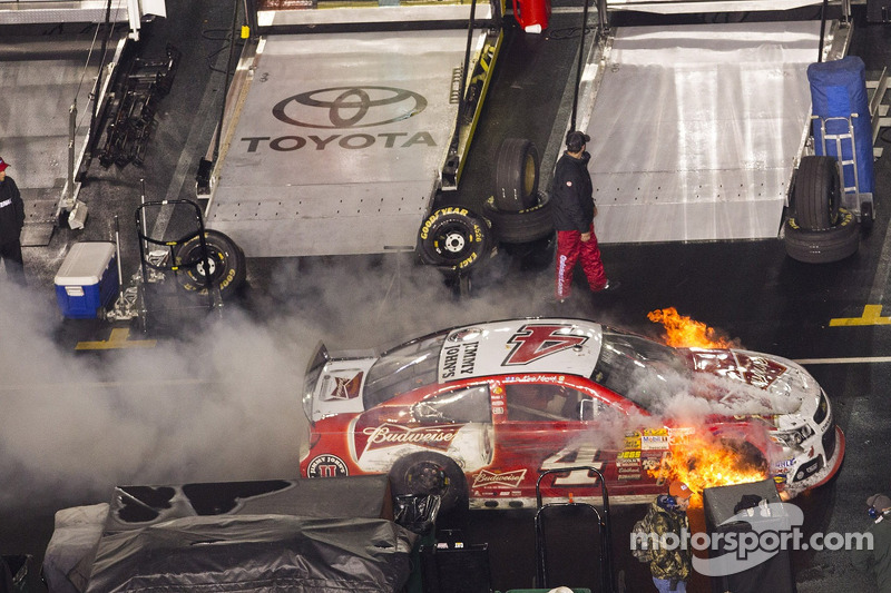 斯图亚特-哈斯雪佛兰车队的凯文·哈维克赛车起火