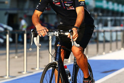 Daniel Ricciardo, Red Bull Racing cycles the circuit