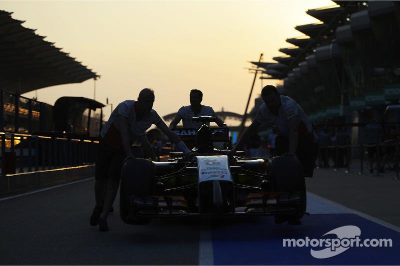 Sahara Force India F1 VJM07 viene spinta lungo la corsia dei box