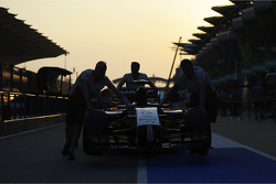 The Sahara Force India F1 VJM07, wird in die Boxengasse geschoben