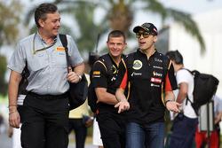 (从左至右): 马里奥·伊索拉, 倍耐力赛事经理 和 帕斯托·马尔多纳多, 路特斯F1车队