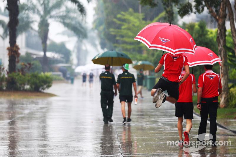 玛鲁西亚F1车队的朱尔斯·比安奇在多雨市话的围场