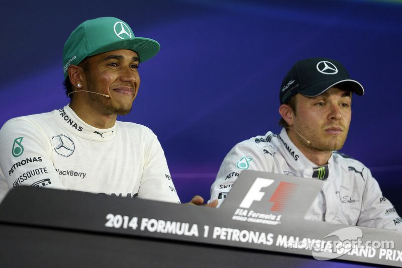 Lewis Hamilton, Mercedes AMG F1, pole position; Nico Rosberg, Mercedes AMG F1 tercero  en la conferencia de prensa de la FIA