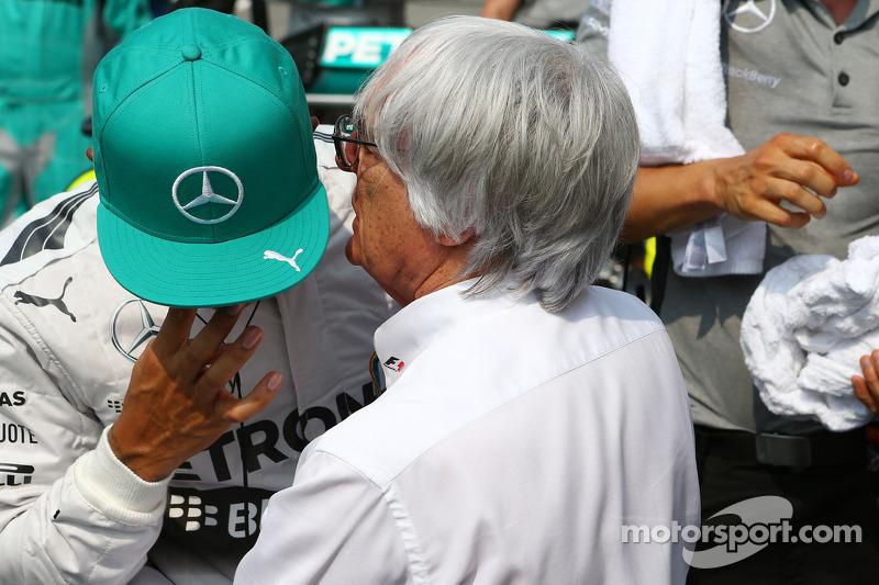 (L to R): Lewis Hamilton, Mercedes AMG F1 with Bernie Ecclestone, on the grid