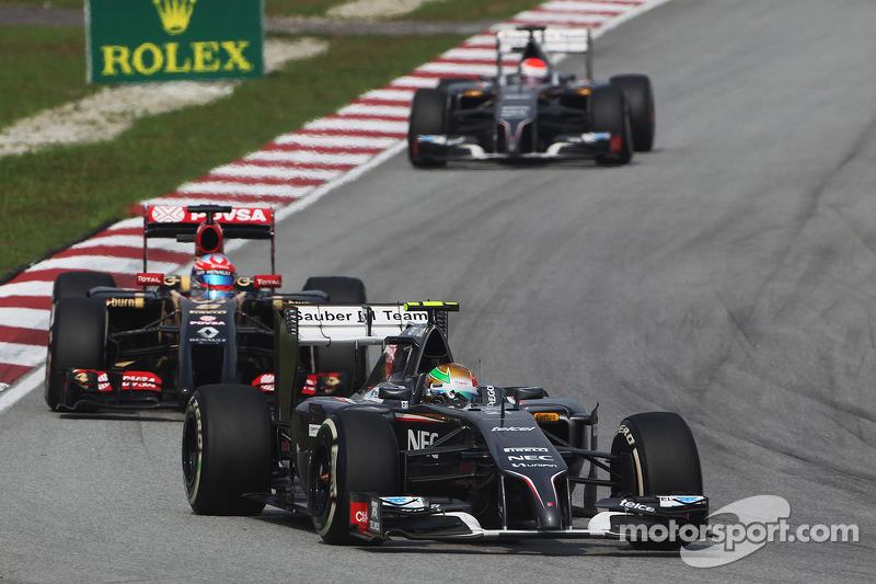 Esteban Gutierrez, Sauber C33 ve Romain Grosjean, Lotus F1 E22