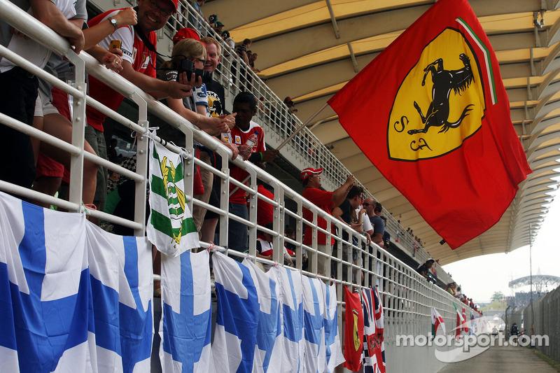 Ferrari hayranı ve bayrağı ana tribünde