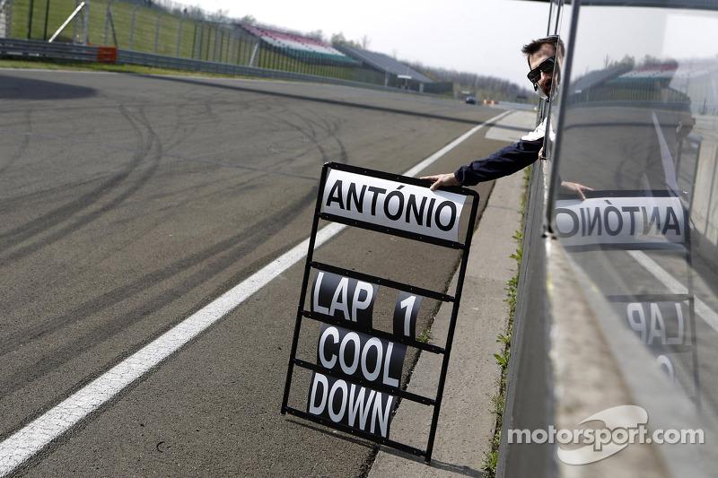 Timo Glock, BMW Team Mtek BMW M3 DTM mostra la Pitboard di Antonio Felix da Costa, BMW Team Mtek BMW