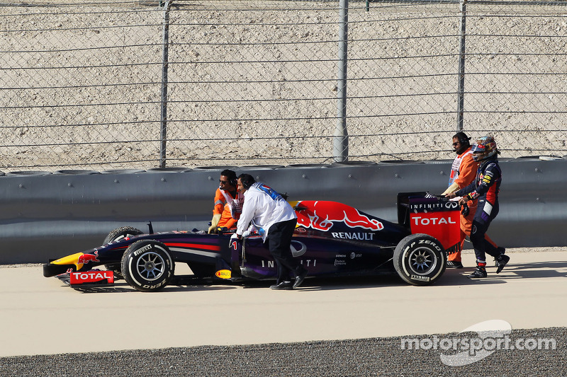 Sebastian Vettel, Red Bull Racing RB10 gira y sale de la pista en laPL3