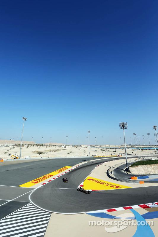 Pastor Maldonado, Lotus F1 E21, lidera Sebastian Vettel, Red Bull Racing RB10