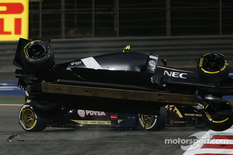 Esteban Gutierrez, Sauber C33 choca con Pastor Maldonado, Lotus F1 E21