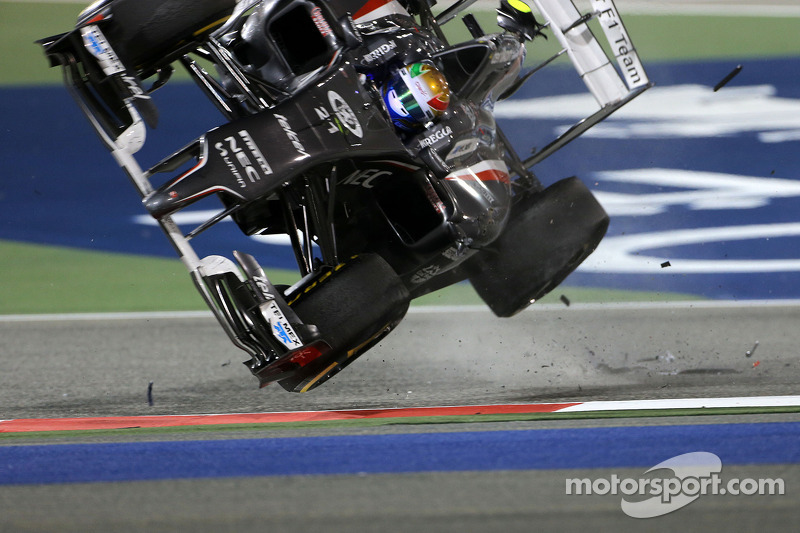 Esteban Gutierrez, Sauber F1 Team crashes with Pastor Maldonado, Lotus F1 Team  06