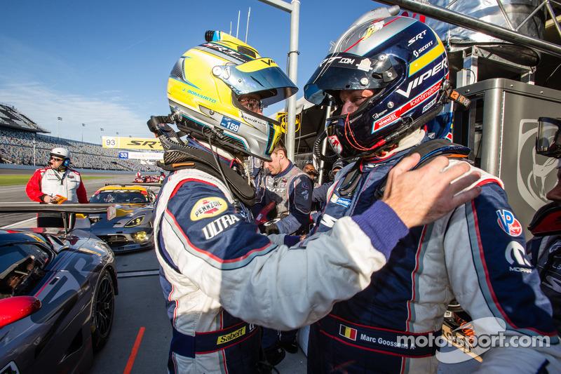 GT Pole kazananı Marc Goossens kutlama yapıyor ve Jonathan Bomarito