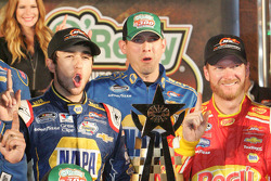 Chase Elliott, Greg Ives ve Dale Earnhardt Jr. Galibiyet çizgisinde
