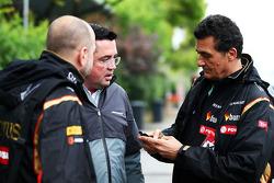 (Esquerda para direita): Gerard Lopez, chefe de equipe da Lotus F1, com Eric Boullier, diretor de corridas da McLaren; e Federico Gastaldi, diretor da Lotus F1