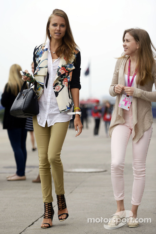 Dasha Kapustina, girlfriend of Fernando Alonso, Ferrari (Left).