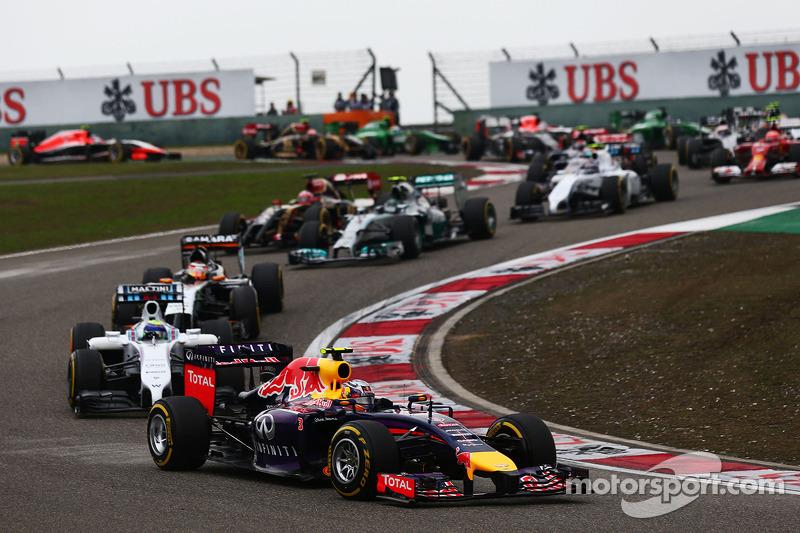 Daniel Ricciardo, Red Bull Racing RB10 yarışın startında.