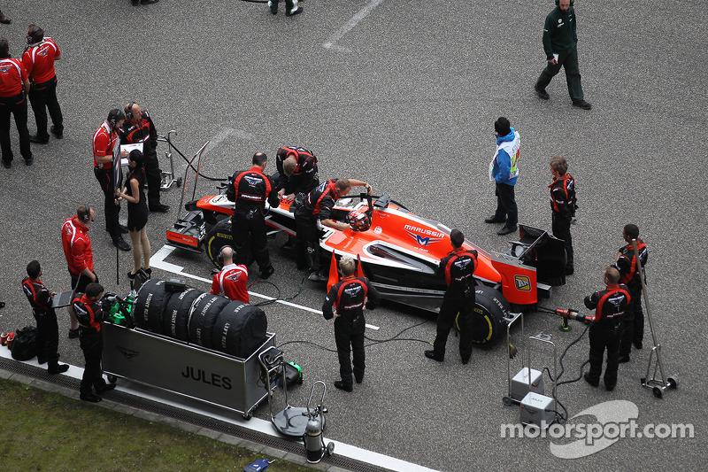 玛鲁西亚F1车队MR03赛车车手朱尔斯·比安奇在发车区