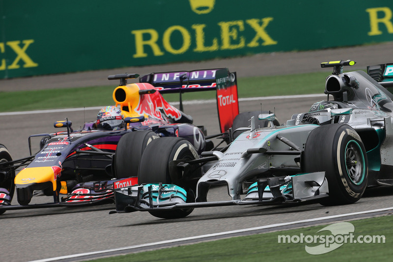 Nico Rosberg, da Mercedes AMG F1 Team, e Sebastian Vettel, Red Bull Racing