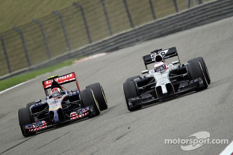 Daniil Kvyat, Scuderia Toro Rosso STR9 ve Jenson Button, McLaren MP4-29 pozisyon için mücadele ediyo