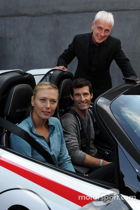 Tenista Maria Sharapova com Mark Webber e Mattias Muller, diretor Porsche