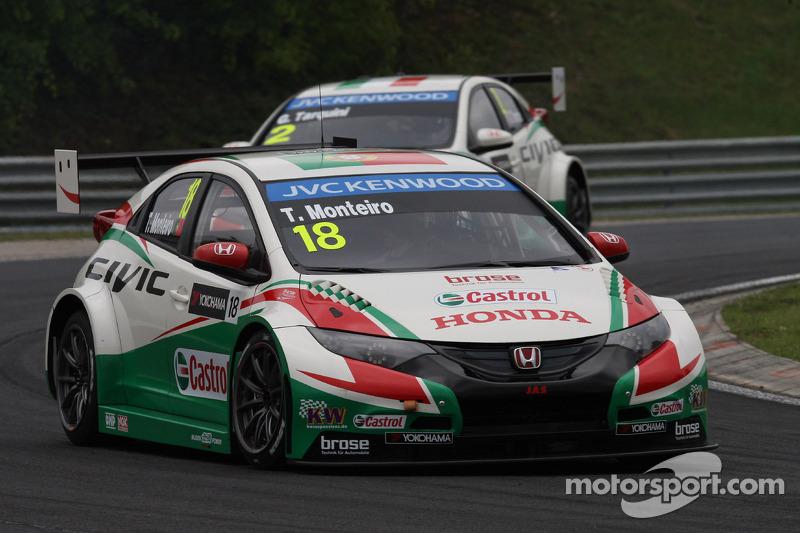 Tiago Monteiro, Honda Civic WTCC, Castrol Honda WTCC team davanti a Gabriele Tarquini, Honda Civic W