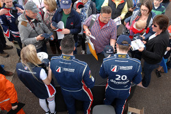 United Autosport duo James Cole and Glynn Geddie sign Autographs