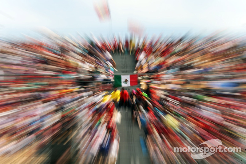 Bandera mexicana en la tribuna