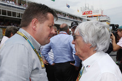 (Da sinistra a destra): Paul Hembery, Direttore Pirelli Motorsport con Bernie Ecclestone