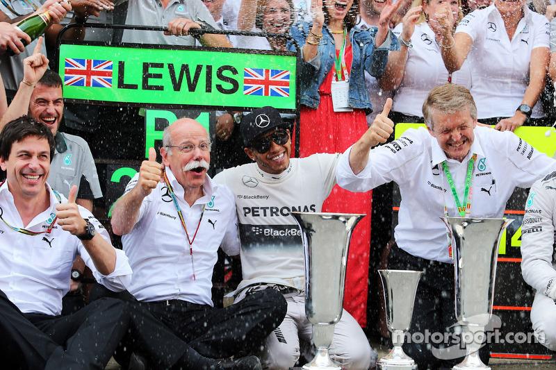 Lewis Hamilton, Mercedes AMG F1 celebra con Toto Wolff, accionista y director ejecutivo de Mercedes AMG F1, Dr. Dieter Zetsche, Daimler AG CEO y el equipo