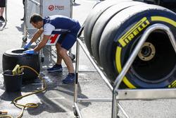 Un mécanicien Williams nettoie les pneus