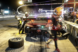 #69 HART Acura NSX GT3, GTD: Chad Gilsinger, Ryan Eversley, Tom Dyer, pit stop