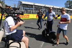 Marcus Ericsson, Alfa Romeo Sauber F1 Team discute avec Johnny Herbert, Sky TV