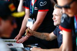 Kevin Magnussen, Haas F1 Team, taraftarlara imza dağıtıyor