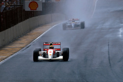 Ayrton Senna, McLaren MP4/8 lider ve arkasında Damon Hill, Williams FW15C