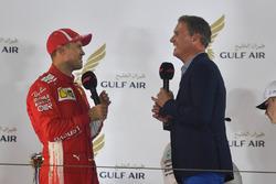Sebastian Vettel, Ferrari discute avec David Coulthard sur le podium
