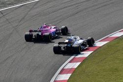 Esteban Ocon, Force India VJM11 and Lance Stroll, Williams FW41 battle