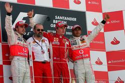 Podio: il secondo classificato Fernando Alonso, McLaren, Gilles Simon, Engine Department Ferrari, il vincitore della gara Kimi Raikkonen, Ferrari, il terzo classificato Lewis Hamilton, McLaren
