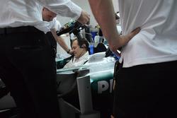 Aldo Costa, responsabile Progetto e Sviluppo Mercedes AMG F1, nell'abitacolo della Mercedes W04