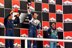Podio: il vincitore della gara Jacques Villeneuve, Williams, il secondo classificato Olivier Panis, Prost Grand Prix, Jean Alesi, Benetton