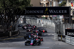 Alexander Albon, DAMS, leads Nyck De Vries, PREMA Racing and the rest of the field at the start of the race