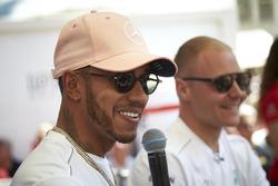Lewis Hamilton, Mercedes AMG F1, y Valtteri Bottas, Mercedes AMG F1 en el escenario
