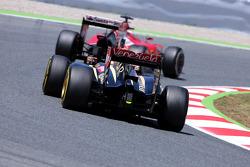 Pastor Maldonado, Lotus F1 Team and Kimi Raikkonen, Scuderia Ferrari