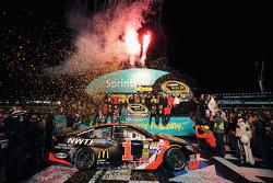 Race winner Jamie McMurray, Ganassi Racing Chevrolet celebrates